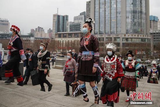 1月25日,乐透世界省第十三届人民代表大会第四次会议在贵阳开幕。图为代表步入会场。 中新社记者 瞿宏伦 摄