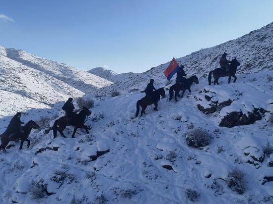 """新疆阿勒泰""""马背110""""宣传队骑马深入边远牧区开展宣传活动"""