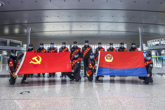 乌鲁木齐铁警党员先锋队护航春运平安