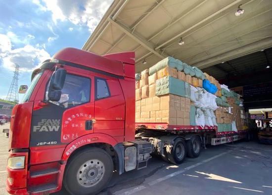 义乌市物流园区内,货车正在装运货物。 吴峰宇 摄