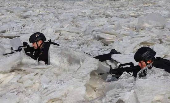 新疆阿瓦提公安冰天雪地练精兵