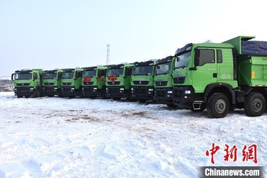 新疆阜康市城关镇丽阳村运输车队。每天晚上下班,车辆都会集中停放在村委会规划的停车场。 古丽米娜·阿不都 摄