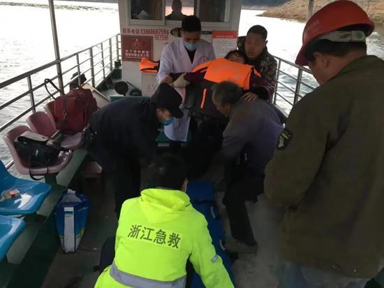 """浙江文成山区一女子心脏病发作 警方派""""飞艇""""及时救援"""