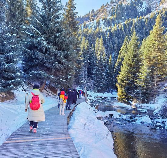 新疆天山天池:游客潜龙渊步道徒步感受冬日魅力