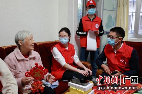 南宁青年志愿者走进社区开展慰问活动 温暖困难居民