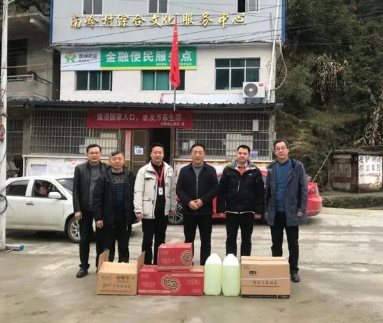 党委书记谢治刚带队给凤羽街道南岭村送去防护物资。