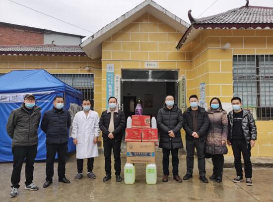 黔南州人民医院副院长吕廷勇带队到三合街道永康村送去防护物资。
