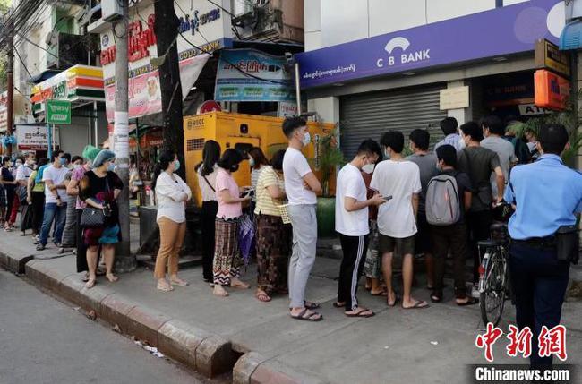 缅甸仰光机场将关闭至4月底 银行关闭民众街头排队提款