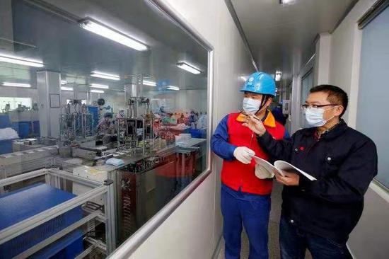 了解企业生产用电需求 王幕宾 摄