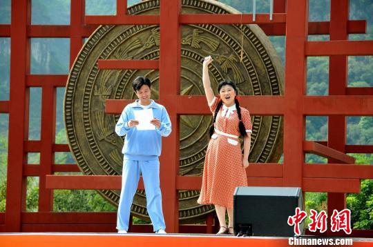 民族歌剧《呦呦鹿鸣》在黔西南州布依族村寨楼纳村演出现场