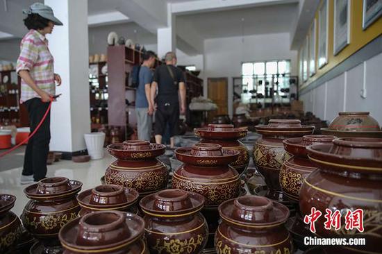 贵州遵义花茂村生产的土陶罐。中新社记者 瞿宏伦 摄