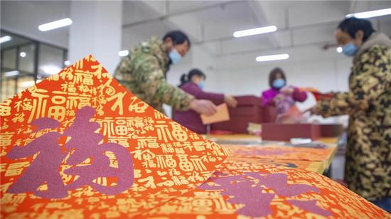 2021春节将至,铜仁万山区朱砂工艺产业园内赶制朱砂年画。万山区融媒体中心 叶顺强 摄