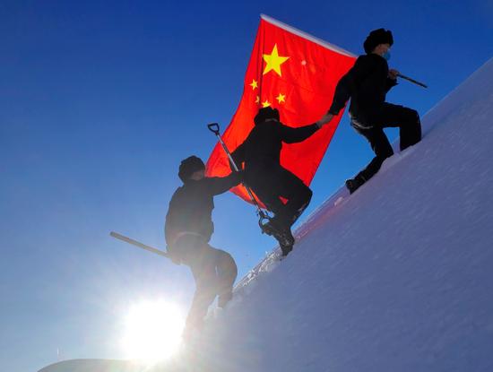 """新疆伊犁:""""骑兵小分队""""踏雪巡边"""