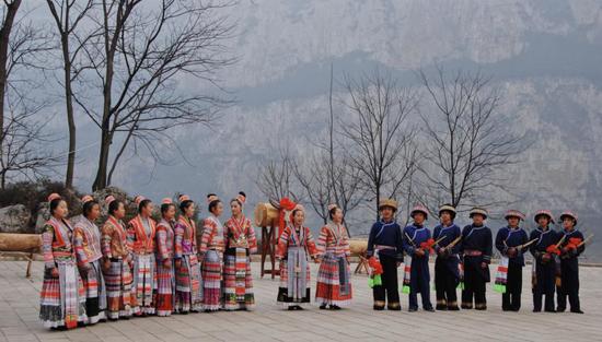 化屋村少数民族同胞迎游客    罗士朝摄