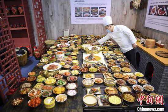 展馆里的1比1的菜品模型与戴勇攀烹饪的100道湘菜放在一起。 杨华峰 摄
