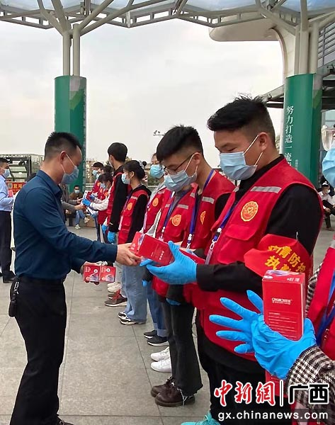 2021年贵港市关爱青年志愿者活动举行