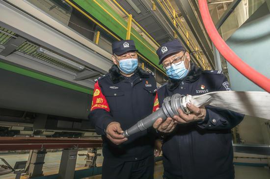 民警对动车库消防设备进行安全检查。
