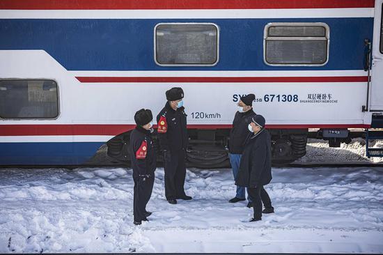 民警在普速列车停留场向铁路职工了解安全情况。