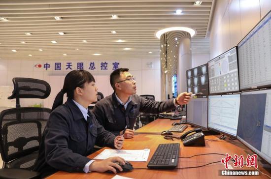 图为测控工程师孙纯(左)和同事在总控室监测数据。 中新社记者 瞿宏伦 摄
