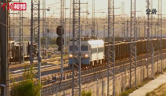 实拍野外高铁巡检员  :翻山过河 只为高铁跑得快跑得稳