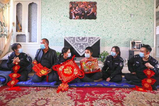 新疆伊尔克什坦边境检查站 年味送进牧民家