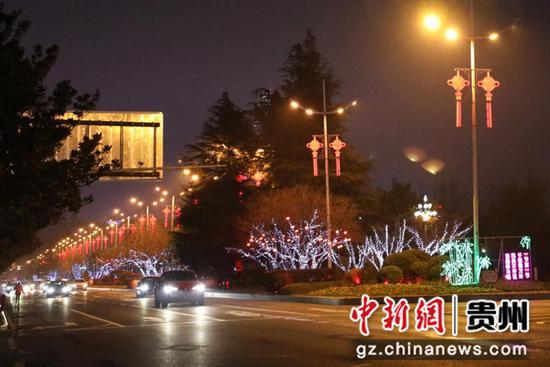 漫步在林城东路可以看到,路灯上的中国结、绿化带中的景观小品、树枝上闪亮的灯带交相辉映,年味浓浓。