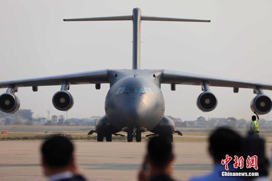 當地時間2月7日下午,柬埔寨政府在金邊國際機場舉行隆重儀式,迎接中方援柬首批新冠疫苗。圖為運輸機抵達金邊機場。中新社記者 歐陽開宇 攝