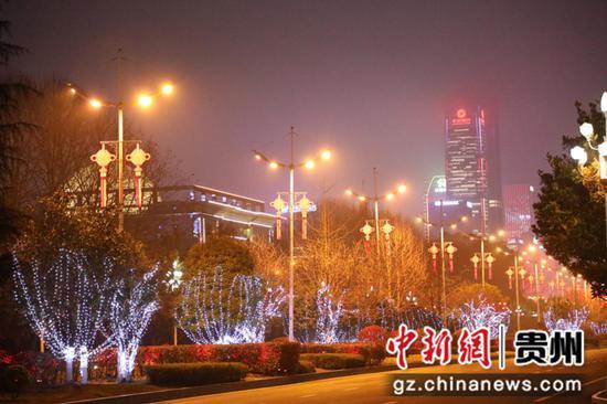点缀在行道树上的小小红灯笼,让观山湖的夜晚变得更加温馨。