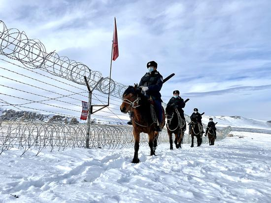 新疆阿勒泰:民警边境巡逻保平安(图)