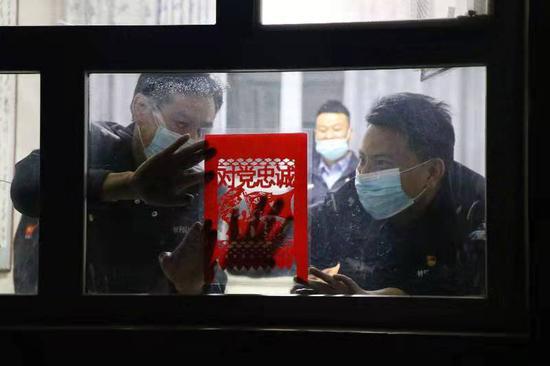 新疆阿瓦提民警贴训词手工窗花迎新春