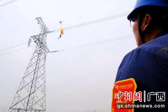 临近春节,南方电网广西柳州供电局加强线路隐患排查工作,使用激光器清理威胁线路安全运行的空飘物等隐患。邹振远 摄