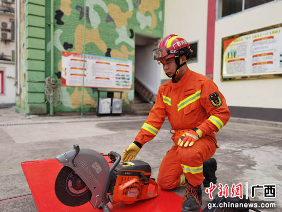广西桂林消防员的春节:责任扛肩上 思念放心底