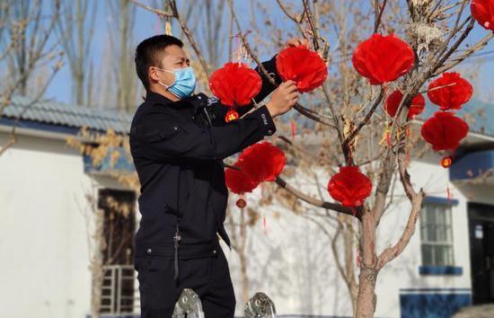 大红灯笼进警营 新疆膘尔托考依边境派出所装扮警营迎新春