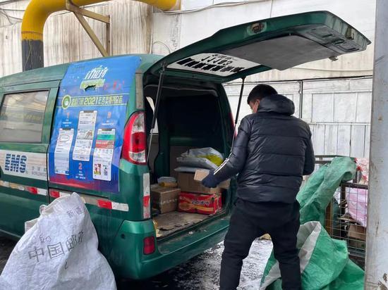 乌鲁木齐市邮政快递员春节期间就地过年 坚守第一线