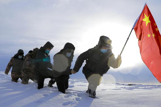 新疆喀拉哈巴克边境派出所巡逻分队开展巡逻踏查工作