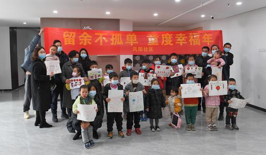 留杭过年的小朋友和家长等展示新年主题绘画作品。  王刚 摄