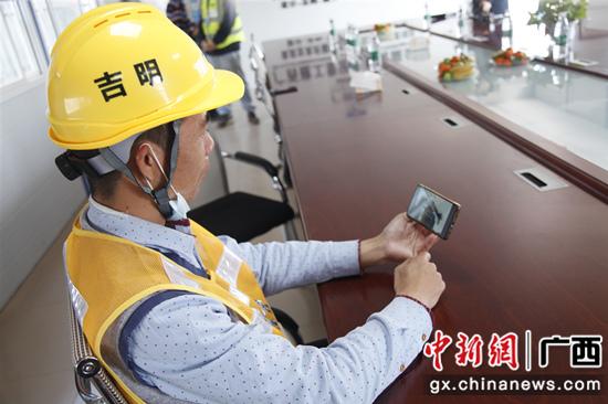 工人在使用桂建通平台观看视频课程 广西住建厅供图