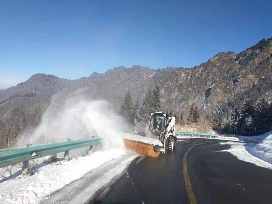 新疆天山天池景区清雪忙