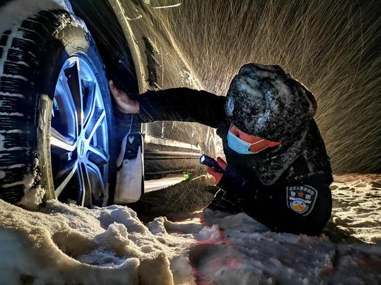 新疆阿勒泰:雪夜紧急驰援