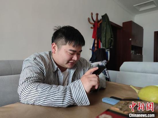 图为宁南在和父母视频通话。 瞿宏伦 摄
