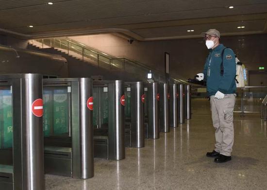 消毒员在杭州东站内进行消毒。 王刚 摄