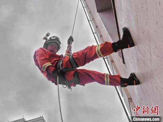 图为消防员沈大涵在训练。受访者供图