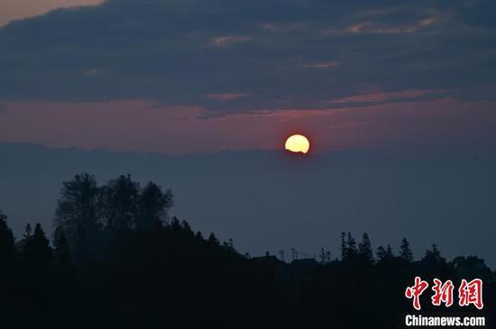 图为12日在从江县丙妹镇大塘苗寨拍摄的日出美景。 吴德军 摄
