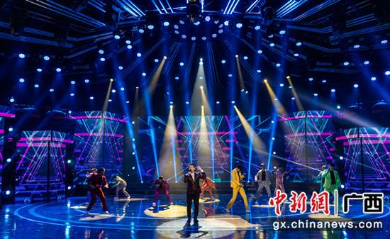 原创歌曲《一路歌唱》演唱:莫汉军    广西卫视供图