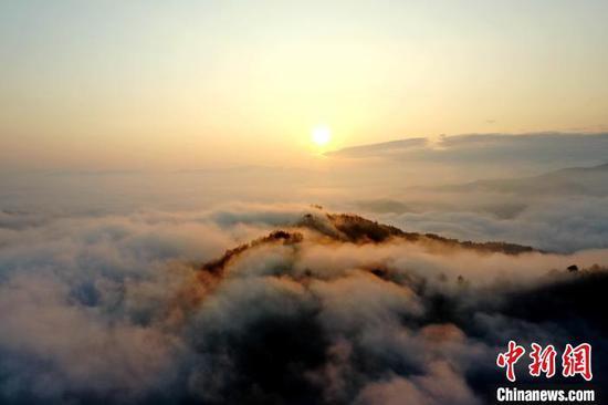图为12日在从江县丙妹镇大塘苗寨拍摄的日出美景(无人机照片)。 吴德军 摄