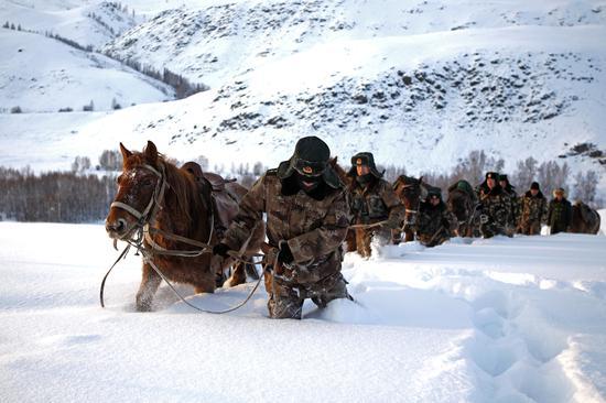 白哈巴边防连在积雪过厚的地方牵马前行