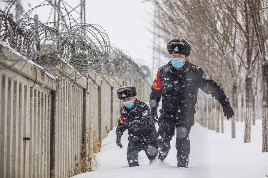 节日我在岗:雪中巡线保安全