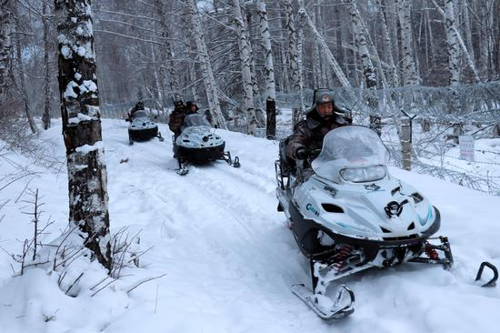 白哈巴边防连官兵巡逻官兵驾驶摩托雪橇途经中哈边境线。徐明远摄