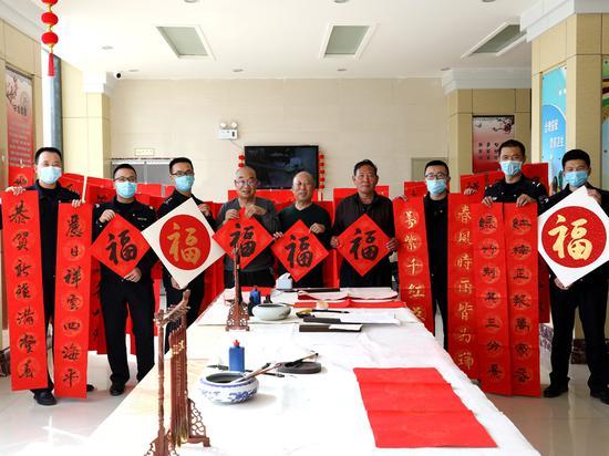 新疆克州:书法名家进警营 泼墨送福迎新春