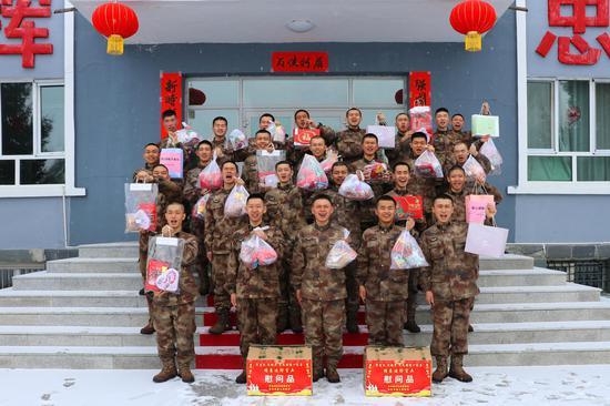 白哈巴边防连官兵收到新春大礼包。骆鑫摄